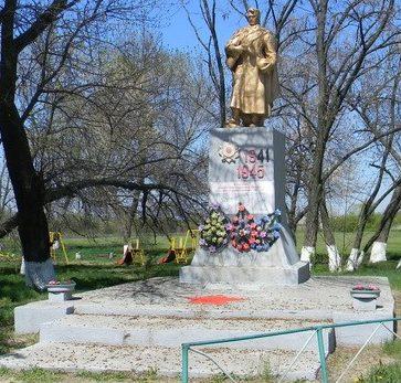 с. Базалеевка Чугуевского р-на. Памятник в центре села, установлен на братской могиле, в которой похоронено 34 советских воина, погибших в годы войны