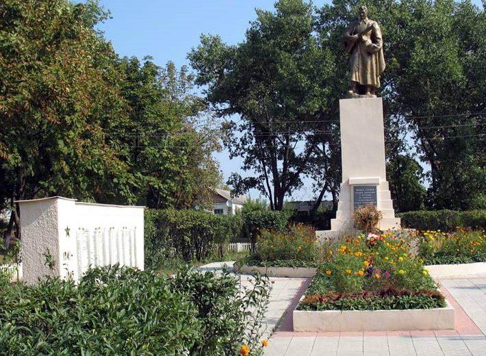 п. Рогань Харьковского р-на. Памятник установлен в 1954 году на братской могиле, в которой похоронено 900 советских воинов, погибших в годы войны