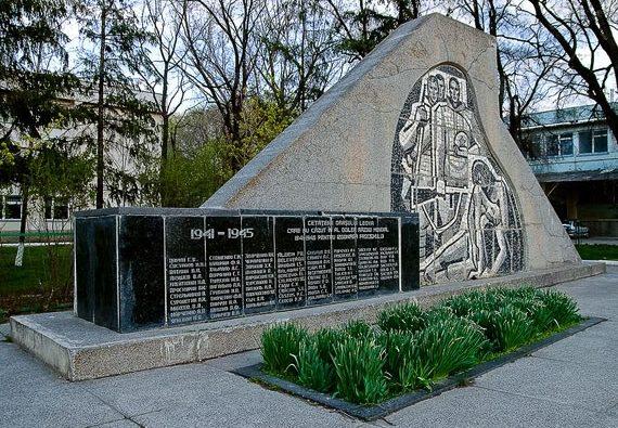 г. Леова. Памятник в честь освобождения города