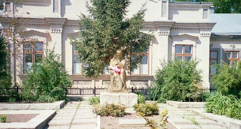 с. Варница Новоаненского р-на. Памятник на братской могиле, в которой захоронено 1056 воинов