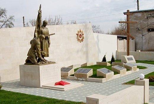 с. Делакеу Новоаненского р-на. Мемориал на братской могиле, в которой захоронен 121 воин