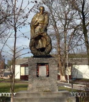 п. Утковка Харьковского р-на. Памятник в центре поселка, установлен на братской могиле, в которой похоронено 210 советских воинов погибших при освобождении поселка