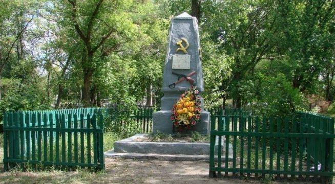 с. Ивановка Чугуевского р-на. Памятник по улице Ленина, установлен на братской могиле, в которой похоронено 40 воинов, в т.ч. 33 неизвестных, погибших в боях за село