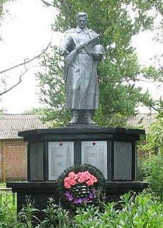 п. Фрунзе Харьковского р-на. Памятник в центре поселка, установлен на братской могиле, в которой похоронено 650 советских воинов, погибших в годы войны
