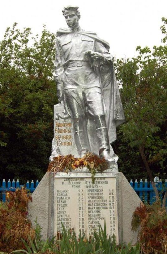 с. Новотроицкое Новоаненского р-на. Памятник на братской могиле 13 погибших односельчанам