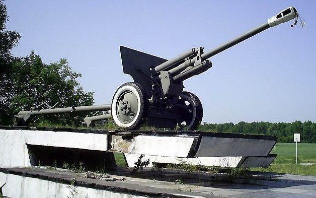 г. Южный Харьковского р-на. Пушка ЗИС-3 установленная в честь освободителей Харьковского района