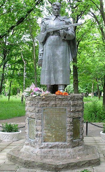 г. Южный Харьковского р-на. Братская могила советских воинов