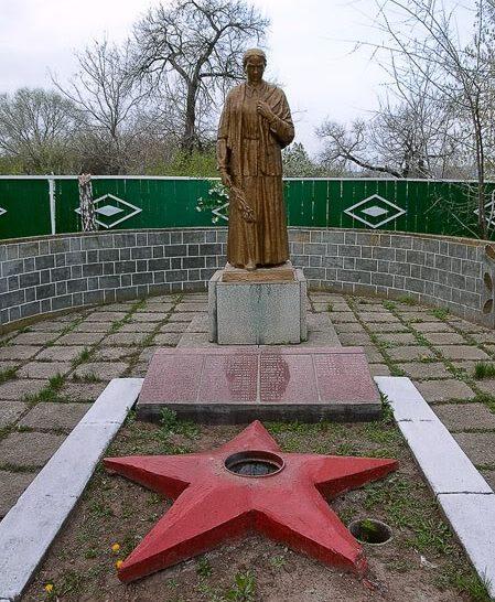 с. Пугачены Новоаненского р-на. Памятник на братской могиле, в которой захоронено 980 воинов