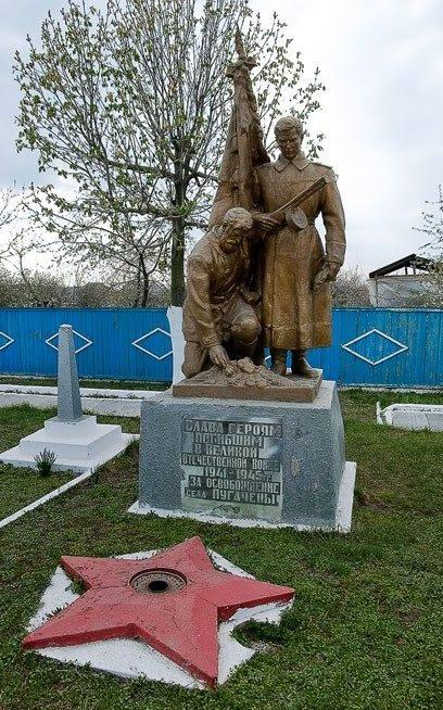 с. Пугачены Новоаненского р-на. Памятник на братской могиле, в которой захоронено 1600 воинов
