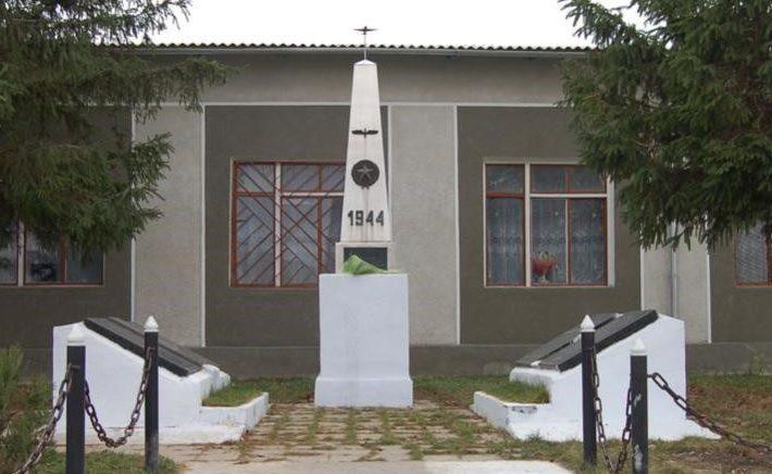 с. Рошканы Новоаненского р-на. Памятник на братской могиле, в которой похоронено 24 воина
