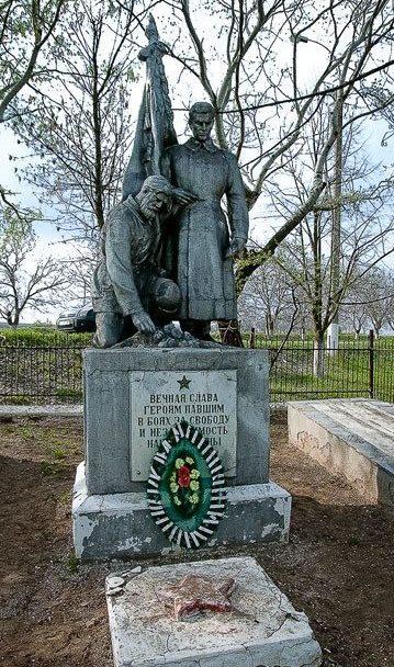 с. Спея Новоаненского р-на. Памятник установлен на братской могиле, в которой захоронено 816 воинов