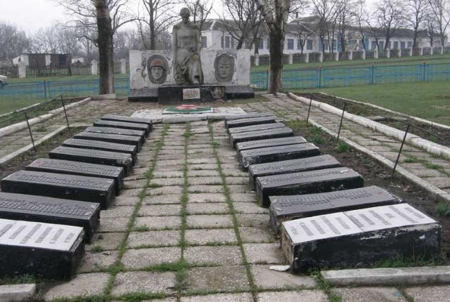 с. Волосская Балаклея Шевченковского р-на. Памятник в центре села, установлен на братской могиле, в которой похоронено 167 воинов, погибших в годы войны
