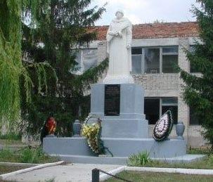 с. Ивановка Чугуевского р-на. Памятник в центре села, установлен на братской могиле, в которой похоронено 7 воинов, погибших в боях за село