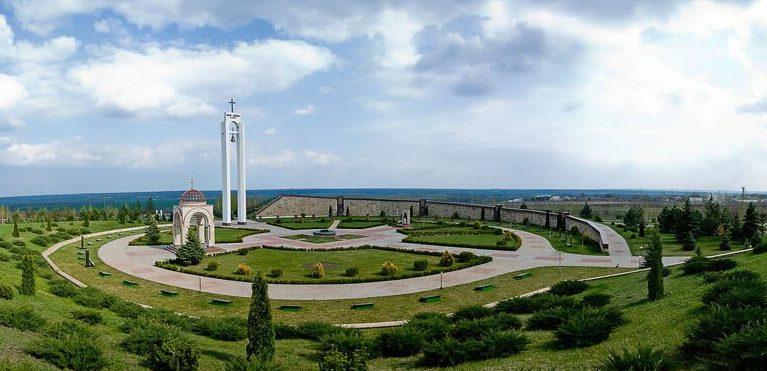 с. Шерпены Новоаненского р-на. Общий вид на мемориальный комплекс «Шерпенский плацдарм»