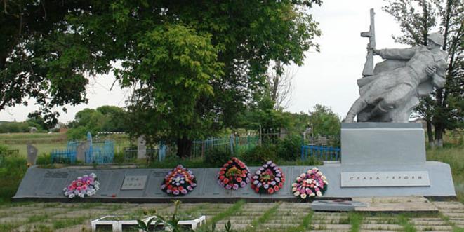 с. Гетмановка Шевченковского р-на. Памятник в центре села, установлен на братской могиле, в которой похоронено 149 воинов, погибших в годы войны