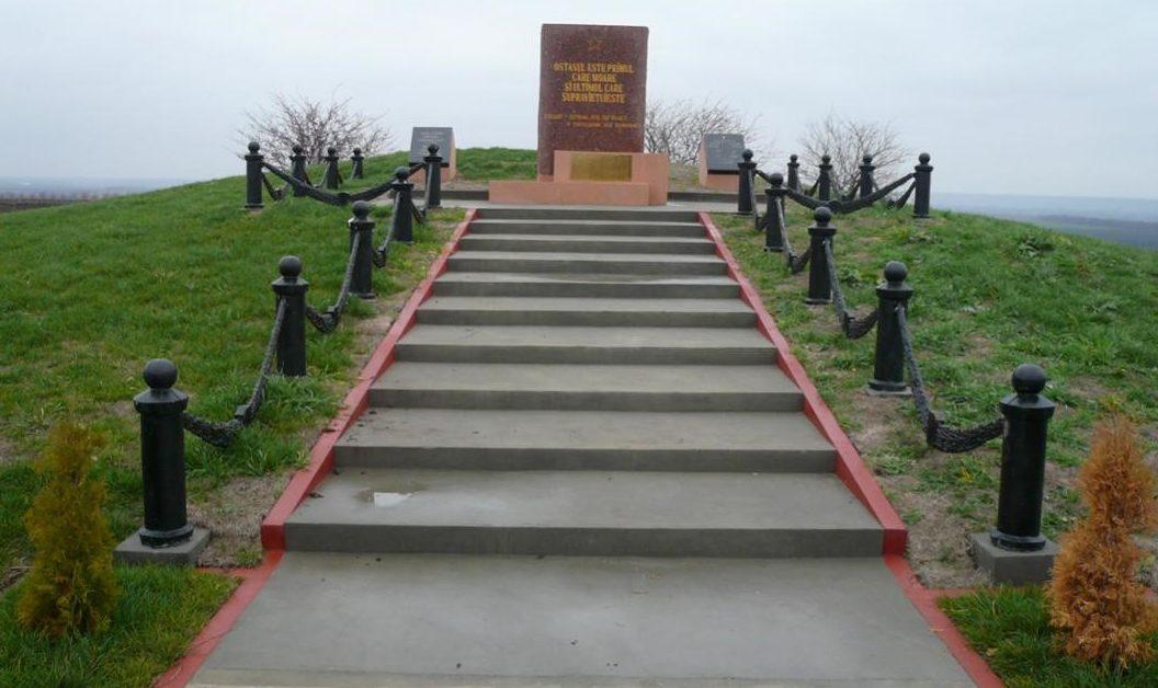 с. Шерпены Новоаненского р-на. Памятник установлен на братской могиле, в котором захоронено от 1,5 до 3 тысяч погибших воинов