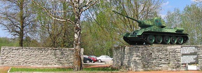 г. Нарва. Памятный знак танк Т-34-85 в память о воинах-освободителях