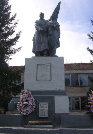 с. Ивановка Чугуевского р-на. Памятник по улице Ленина, установлен на братской могиле, в которой похоронено 6 советских воинов