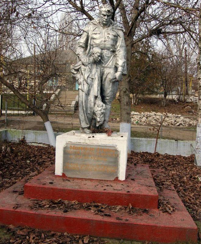 с. Шерпены Новоаненского р-на. Памятник у школы воинам, погибшим в годы Великой Отечественной войны