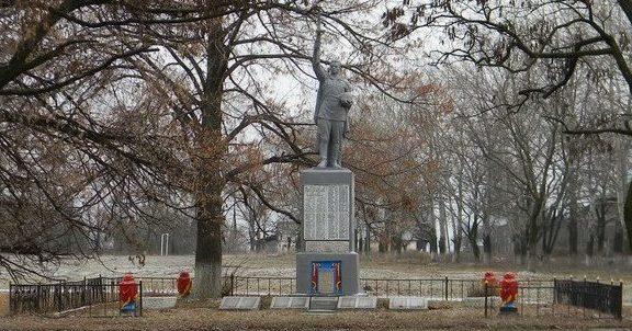 с. Каменная Яруга Чугуевского р-на. Памятник установлен на братской могиле, в которой похоронено 340 воинов, погибших в боях за село