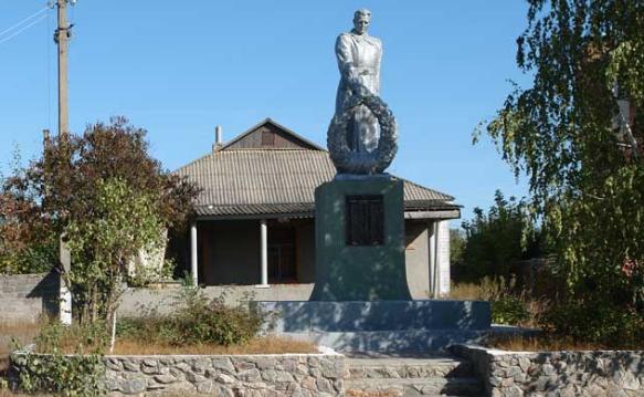 с. Клугино-Башкировка Чугуевского р-на. Памятник в центре села, установлен на братской могиле, в которой похоронено 46 советских воинов