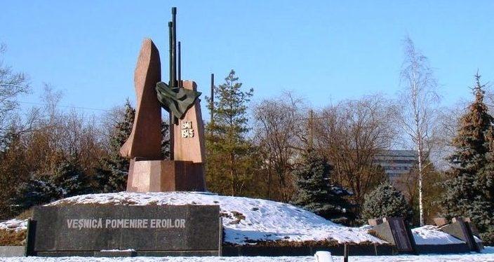 г. Ниспорены. Мемориал на братской могиле, в которой захоронено 28 воинов