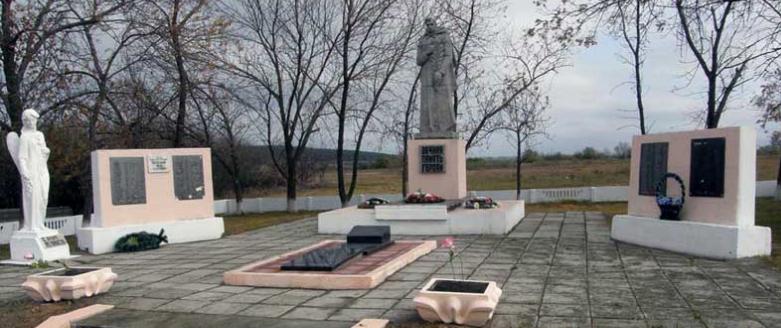 с. Ивановка Шевченковского р-на. Памятник на братской могиле, в которой похоронено 33 советских воина, погибших в годы воны. Здесь же увековечены имена земляков, не вернувшихся с войны