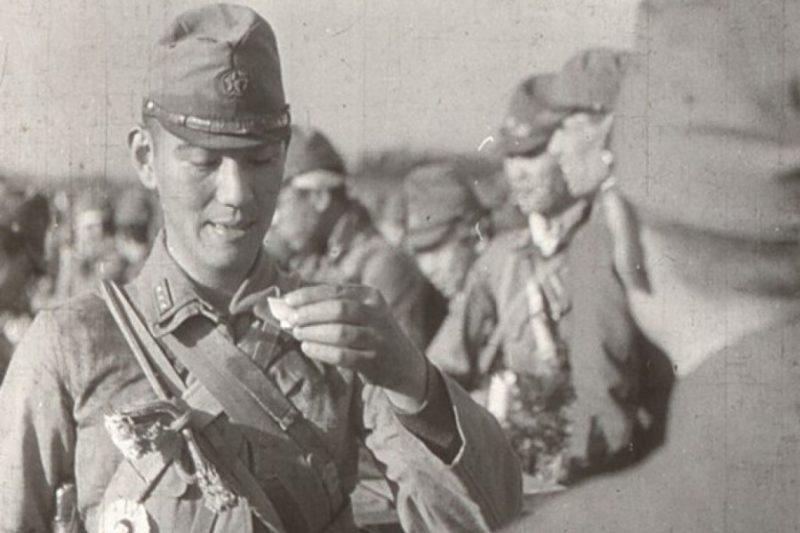 Японские солдаты одного из отрядов «тэйсинтай» перед выходом на задание «причащаются»