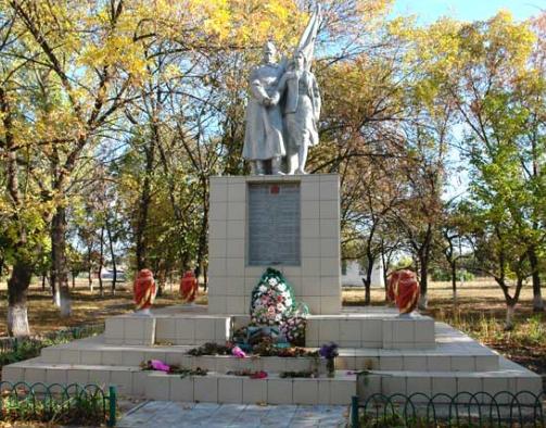 с. Коробочкино Чугуевского р-на. Памятник в центре села, установлен на братской могиле, в которой похоронено 200 воинов, погибших в годы войны