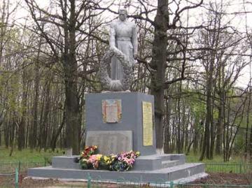 п. Кочеток Чугуевского р-на. Памятник установлен на братской могиле, в которой похоронено 146 воинов, погибших при освобождении села