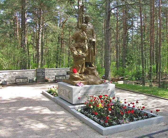 г. Нарва-Йыэсуу на кладбище. Памятник на кладбище, установленный на братской могиле, в которой похоронено 1454 воинов, в.ч. 400 неизвестных