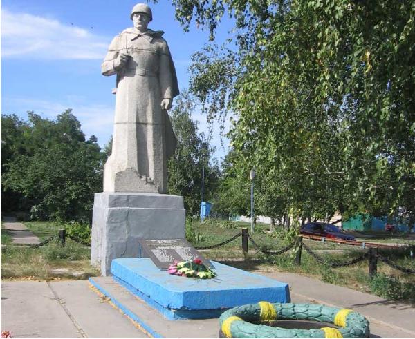с. Лебяжье Чугуевского р-на. Памятник установлен на братской могиле, в которой похоронено 127 воинов, погибших в годы войны в боях за село