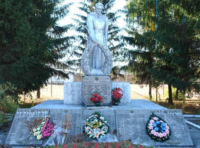 п. Малиновка Чугуевского р-на. Памятник в центре села установлен на братской могиле, в которой похоронено 840 воинов, погибших в боях в годы войны