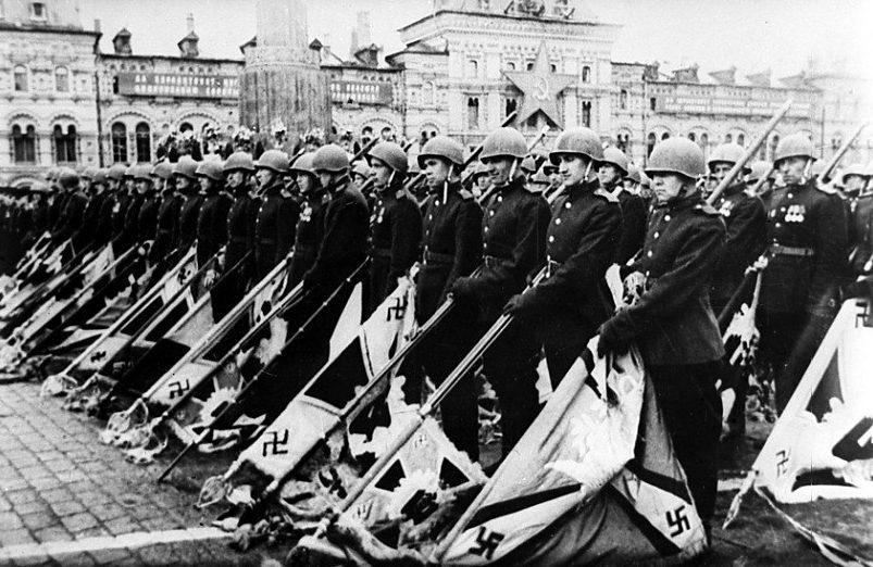 Парадный строй знаменоносцев на Красной площади