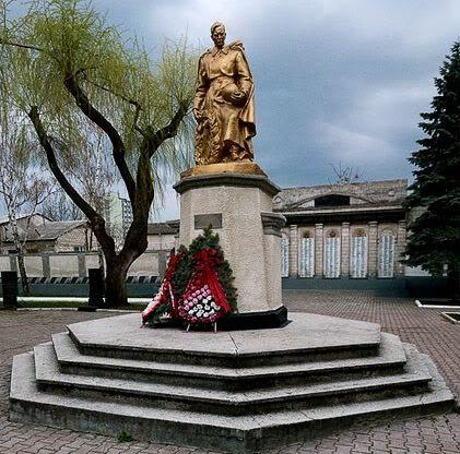 г. Бельцы. Памятник на братской могиле, в которой захоронено 830 воинов, погибших в годы войны. Памятник был открыт в 1955 году