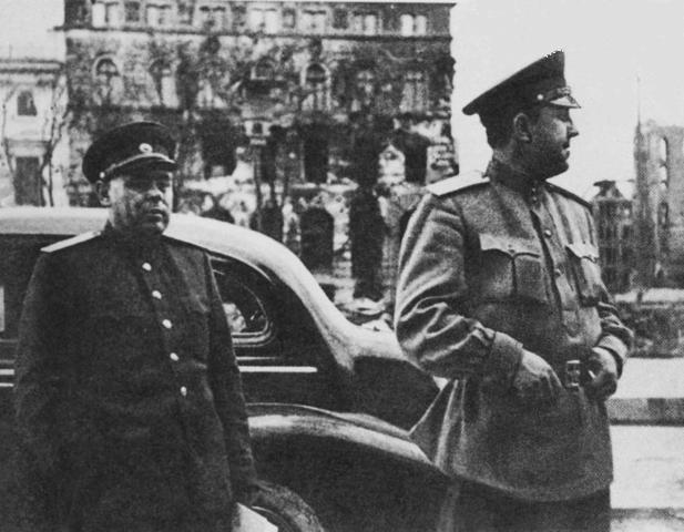 Начальник Главного управления контрразведки «СМЕРШ» В. С. Абакумов (справа) в одном из городов Германии