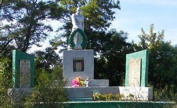с. Введенка Чугуевского р-н. Памятник у школы, установлен на братской могиле, в которой похоронено 203 воина, погибших в боях за село