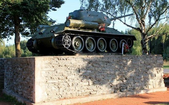 п. Сийвертси. Памятный знак танк Т-34-85, установленный на берегу реки Нарова в 1970 году в месте форсирования реки в 1944 году