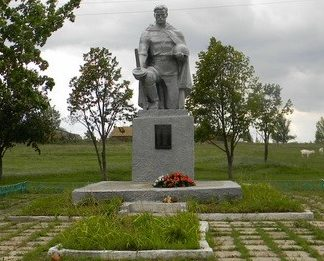 с. Новая Гнилица Чугуевского р-на. Памятник в центре села, установлен на братской могиле, в которой похоронено 35 воинов, погибших в годы войны
