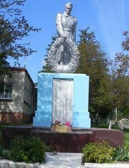 п. Новопокровка Чугуевского р-на. Памятник в центре поселка, установлен на братской могиле, в которой похоронено 149 советских воинов, погибших в годы войны