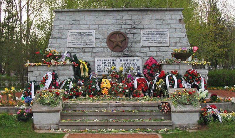 с. Синимяэ, Вайварская волость. Братская могила советских воинов