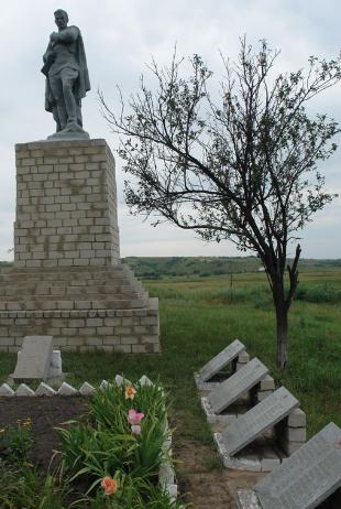 с. Нижний Бурлук Шевченковского р-на. Памятник установлен на братской могиле, в которой похоронено 12 советских воинов, погибших при освобождении села