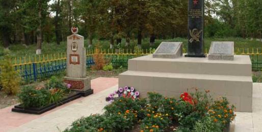 с. Новониколаевка Шевченковского р-на. Обелиск установлен на братской могиле, в которой похоронено 74 советских воина