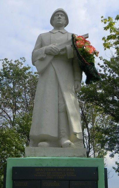 с. Старая Гнилица Чугуевского р-на. Памятник установлен на братской могиле, в которой похоронено 273 воина, погибших в годы войны