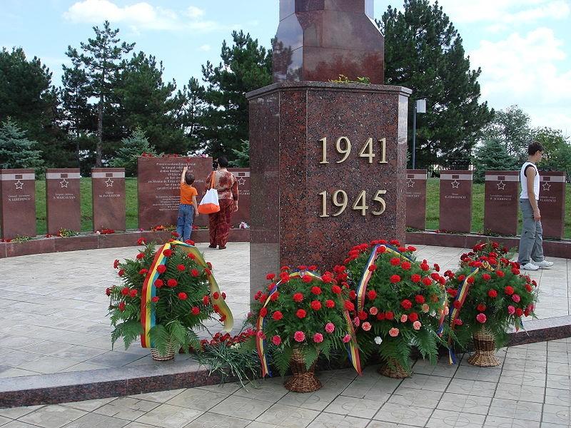 Стелы Героев у обелиска