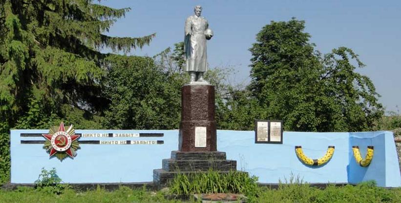 с. Огурцовка Шевченковского р-на. Памятник установлен на братской могиле, в которой похоронен 21 воин