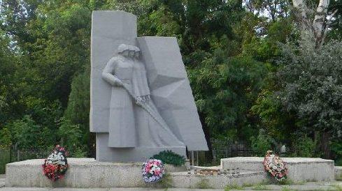 п. Высокий Харьковского р-на. Общий вид братской могилы