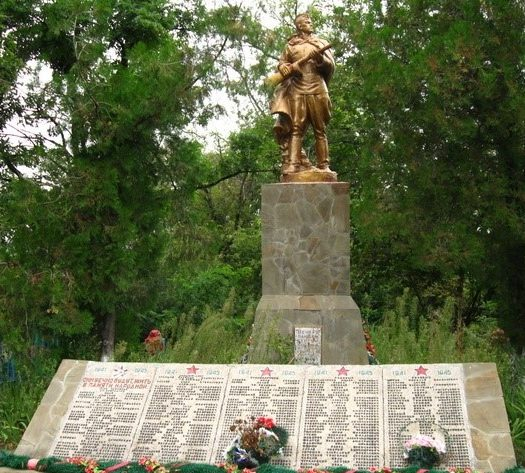 с. Терновая Чугуевского р-на. Памятник установлен на братской могиле, в которой похоронено 167 советских воинов, погибших в годы войны