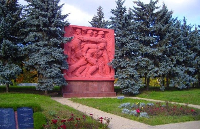 Скульптурные композиции на каменных стелах