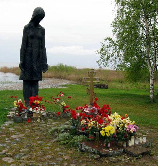 г. Муствеэ. Братская могила советских воинов на старом городском кладбище на берегу Чудского озера